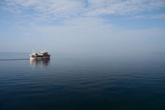 Barca in mattina nebbiosa immagine stock libera da diritti