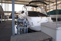 Barca messa in bacino Fotografie Stock
