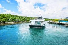 Barca messa in bacino al Cay della mezza luna in Bahamas immagine stock