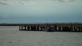 Barca messa in bacino al porto Fotografia Stock
