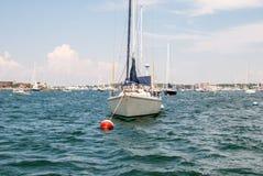 Barca messa in bacino in baia Open water con la barca a vela ancorata Fotografia Stock
