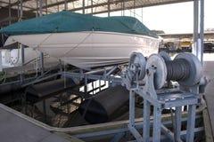 Barca messa in bacino su un sollevamento Fotografie Stock Libere da Diritti