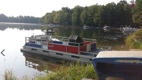 Barca messa in bacino sul lago Immagini Stock Libere da Diritti