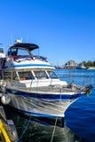 Barca messa in bacino in un porto fotografia stock