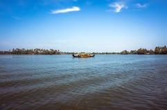 Barca in mezzo al lago nei canali di Alleppey, Fotografie Stock