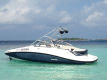 Barca moderna di velocità nella laguna nell'isola dell'Oceano Indiano, Maldive fotografie stock libere da diritti