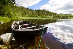 Barca, montagna ed acqua Fotografia Stock Libera da Diritti