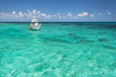 Barca navigante usando una presa d'aria sul mare caraibico Immagine Stock