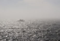Barca in nebbia Fotografia Stock Libera da Diritti