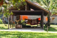 Barca nel cortile di un tempio buddista in Louangphabang, laotiano fotografia stock libera da diritti
