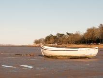 Barca nel fango con la marea fuori Fotografie Stock Libere da Diritti