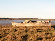 Barca nel fango con la marea fuori Fotografia Stock
