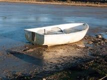 Barca nel fango con la marea fuori Fotografia Stock Libera da Diritti