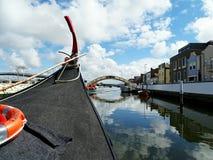 Barca nel fiume della città Immagine Stock