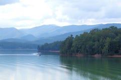 Barca nel lago Chatuge Immagini Stock