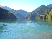 Barca nel lago della montagna Fotografie Stock