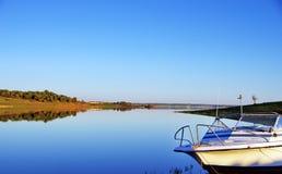 Barca nel lago di alqueva al tramonto Immagini Stock