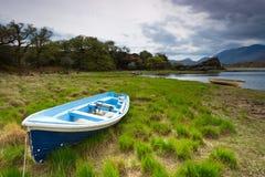 Barca nel lago Killarney Immagini Stock