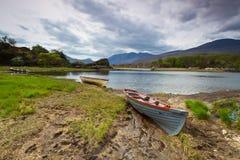 Barca nel lago Killarney Immagine Stock