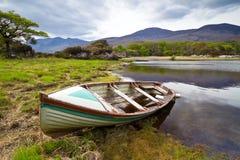 Barca nel lago Killarney Fotografia Stock