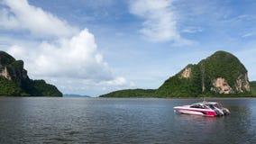 Barca nel mare con cielo blu Immagine Stock