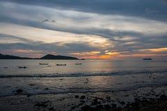 Barca nel mare e tramonto sul cielo Fotografie Stock Libere da Diritti