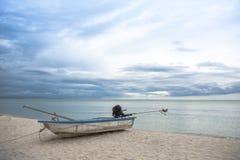 Barca nel mare tropicale thailand fotografia stock