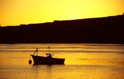 Barca nel porto con indicatore luminoso dorato Immagine Stock Libera da Diritti