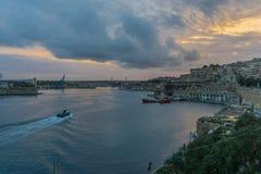 Barca nel porto di La Valletta al crepuscolo, Malta, Europa Fotografie Stock