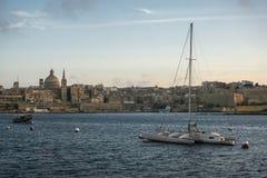Barca nel porto di La Valletta al crepuscolo, Malta, Europa Immagini Stock