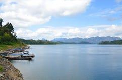 Barca nel sok di Khoa del lago, sud della Tailandia Fotografie Stock Libere da Diritti
