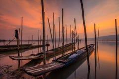 Barca nell'acqua e nel cielo Immagini Stock