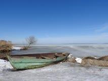 Barca nell'inverno sulle rive del lago Pleshcheyevo, Pereslavl Zalessky, regione di Yaroslavl, Russia un chiaro giorno fotografie stock libere da diritti