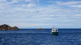 Barca nell'isola Niigata di Sado del mare Fotografia Stock Libera da Diritti