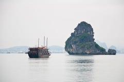 Barca nella baia di Halong, Vietnam Fotografia Stock