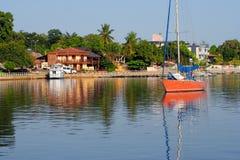 Barca nella città Immagine Stock