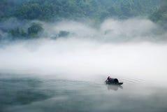 Barca nella nebbia Fotografia Stock