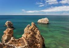 Barca nella roccia della montagna del mare di estate nella priorità alta Fotografia Stock