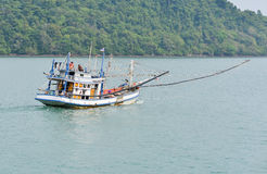 Barca non identificata del pescatore che ritorna dalla pesca alle nostre rive Fotografia Stock Libera da Diritti