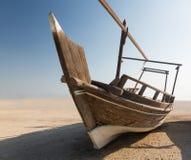 Barca o dhow di Fishermans sulla sabbia fotografia stock