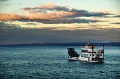 Barca ou balsa em uma noite nebulosa fotografia de stock royalty free