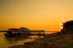 Barca in palude sul fondo di tramonto in Tailandia fotografia stock libera da diritti