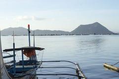 Barca parcheggiata alla riva del lago che approvvigiona agli inter viaggiatori dell'isola Immagine Stock