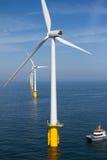 Barca in parco eolico offshore Fotografie Stock Libere da Diritti