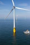 Barca in parco eolico offshore Immagini Stock Libere da Diritti