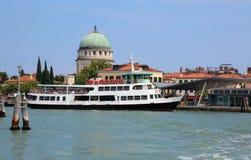 Barca per trasportare i turisti dal lido di Venezia al Veneti fotografie stock libere da diritti