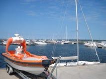Barca per un fine particolare sui precedenti degli yacht Fotografia Stock
