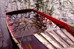 Barca in pieno di acqua immagini stock libere da diritti