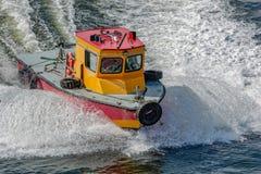 Barca pilota in mare immagini stock libere da diritti