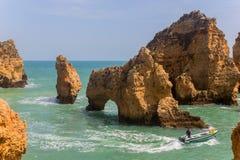 Barca a Ponta da Piedade, regione di Algarve, Lagos, Portogallo fotografia stock libera da diritti